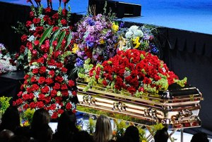 Imagen del ataúd de Michael Jackson durante la ceremonia en el Staples Center.   Foto: Ap